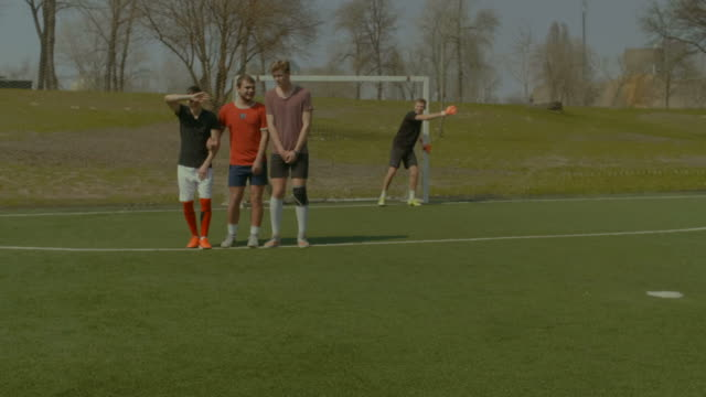 Football-players-forming-wall-to-try-to-block-ball
