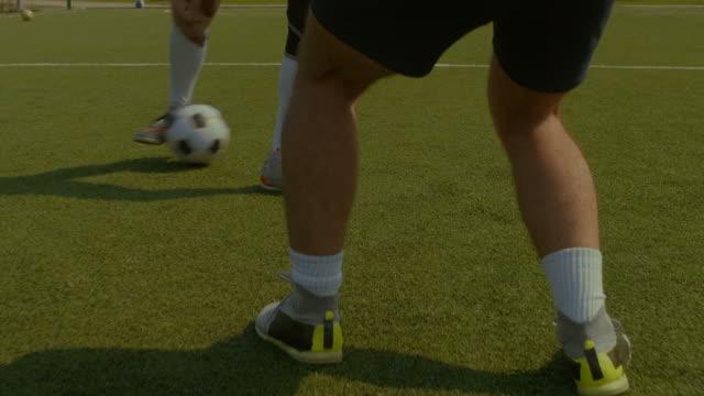Spieler-dribbeln-und-Kontrollen-Fußball-Spiel