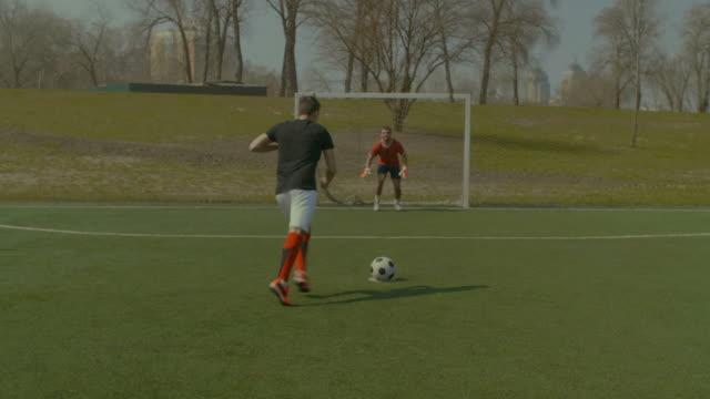 Jugador-de-fútbol-va-de-penalti-durante-el-partido