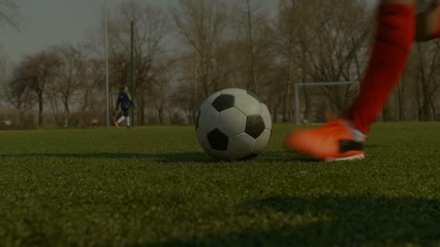 Fußballer-treten-Fußball-beim-Freistoß