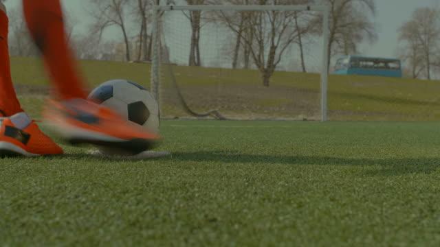 Pena-ejecución-del-jugador-de-fútbol-patea-durante-el-entrenamiento