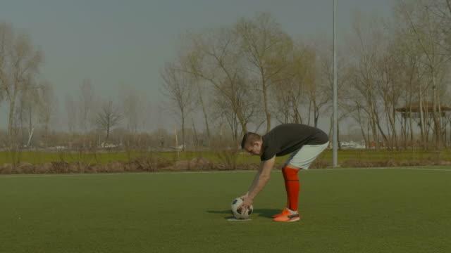 Futbolista-guapo-teniendo-un-penalti