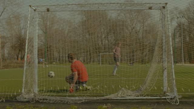 Joven-portero-haciendo-guardar-después-de-penalti