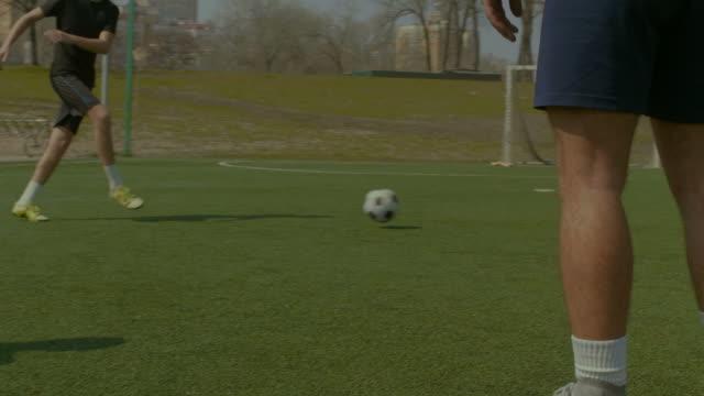 Junge-Fußballer-training-Fußball-auf-dem-Rasen