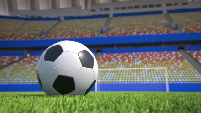pan-plano-alrededor-de-un-balón-de-fútbol-en-el-césped-de-un-estadio-vacío