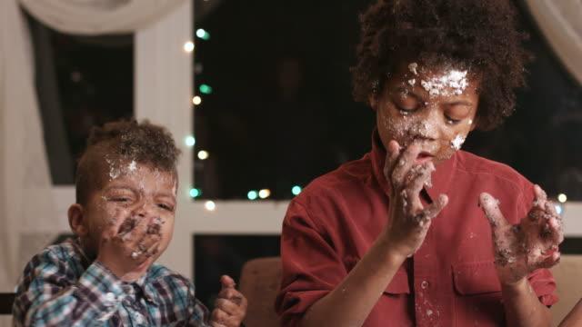 Zwei-schwarze-Jungen-Zerstörung-Kuchen-