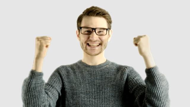 Reacción-emocional-divertida-risa-de-hombre-casual-inteligente-hipster-aislado-sobre-fondo-blanco-con-máscara-para-cambiar-colores-y-fondo