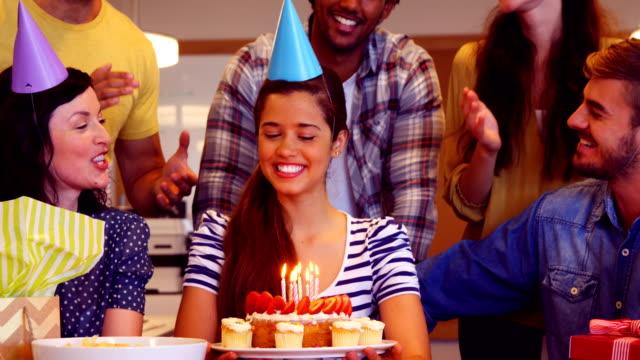 Equipo-creativo-celebrando-su-cumpleaños-de-colegas