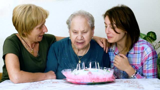 Abuela-feliz-cumpleaños-hija-y-nieta-celebrando-le