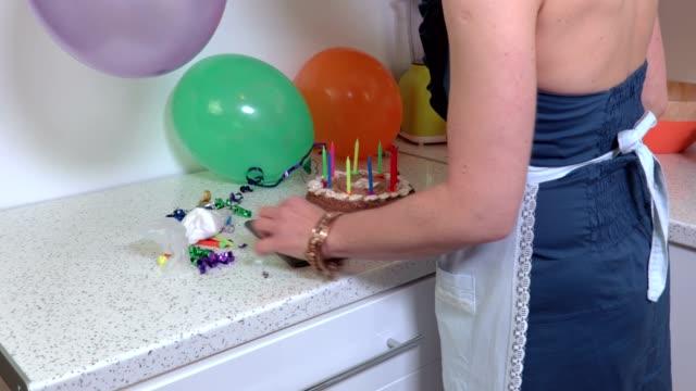 Mujer-pastel-de-fiesta-de-cumpleaños-y-de-cocina