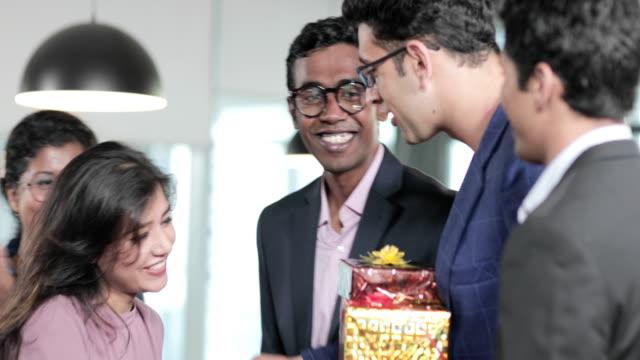 aplaudir-Asia-atractivo-hermoso-cumpleaños-regalos-de-cumpleaños-gente-marrón-piel-morena-negocio-empresaria-celebrar-clap-alegre-celebración-negocios-disfrutar-empresario-festival-cajas-de-regalo-regalos-energía-de-la-muchacha-la-