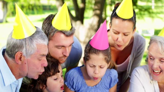Family-celebrating-little-girls-birthday-in-the-park