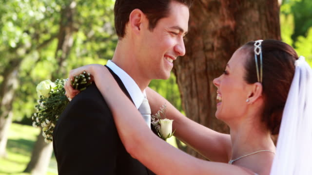 Brautpaar-Tanzen-zusammen-und-Lächeln-in-die-Kamera-