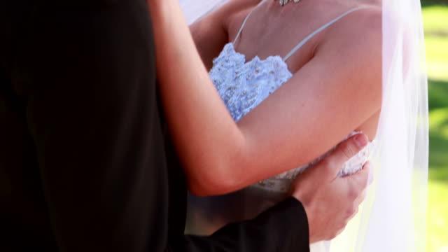Junge-Brautpaar-Tanzen-zusammen-und-Lächeln-in-die-Kamera-