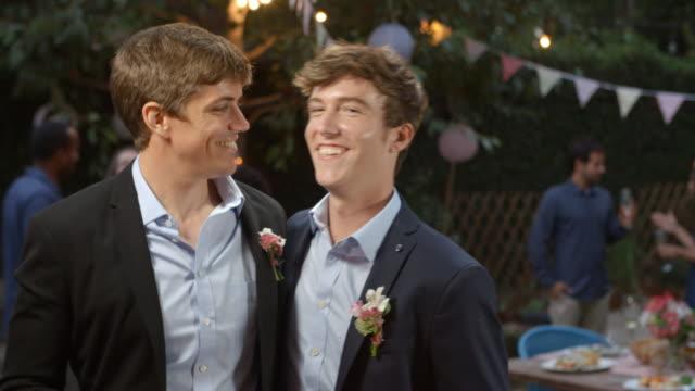 Gay-paar-feiert-Hochzeit-mit-Party-im-Hinterhof