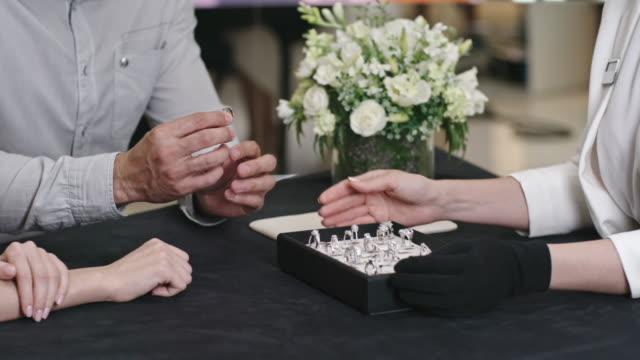 Hombre-ayudar-a-su-novia-a-probar-el-anillo-de-bodas