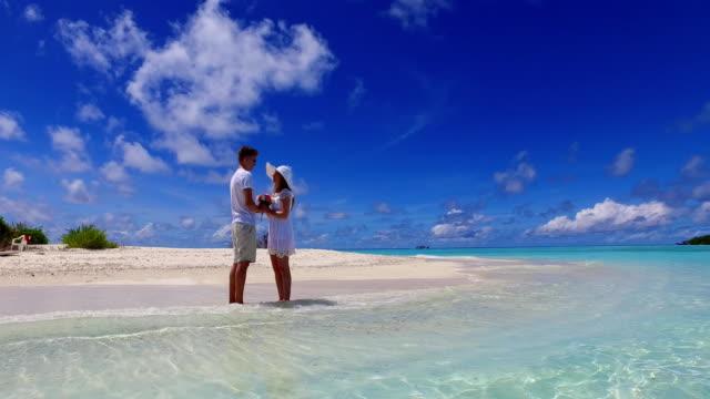 v07381-Malediven-weißen-Sandstrand-2-Menschen-junges-Paar-Mann-Frau-Vorschlag-Engagement-Hochzeit-Ehe-am-sonnigen-tropischen-Inselparadies-mit-Aqua-blau-Himmel-Meer-Wasser-Ozean-4k