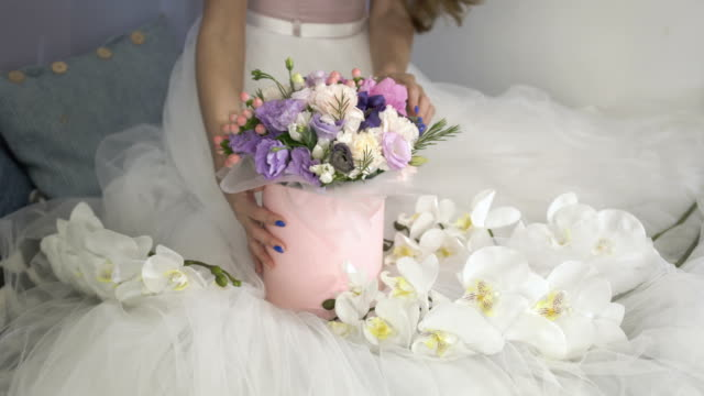 Festive-box-with-flowers-on-the-white-dress