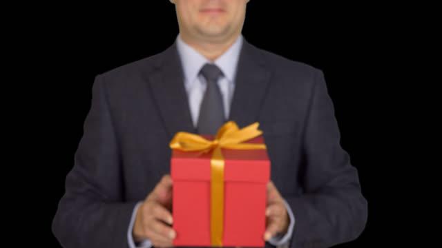 Caja-de-regalo-roja-actual-empresario-con-arco-de-la-cinta-vista-frontal-aislado-sobre-fondo-transparente-
