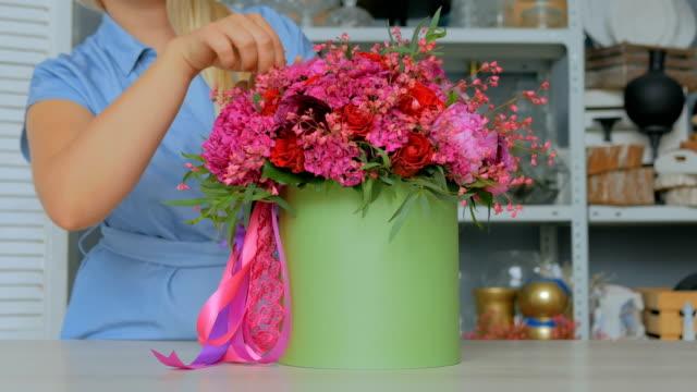 3-shots-Professional-florist-showing-bouquet-at-studio