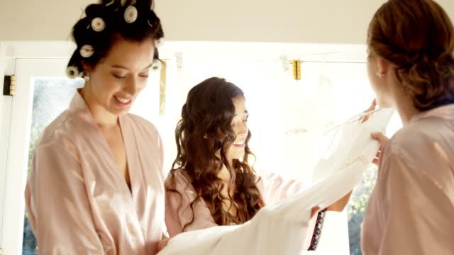 Las-damas-de-honor-en-camisón-feliz-boda-vestido-4K-4k
