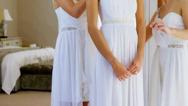 Las-damas-de-honor-felizes-llevando-la-corona-de-la-cabeza-y-conseguir-a-novia-listo-4K-4k
