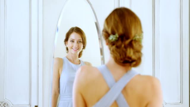 Hermosa-novia-comprobar-ella-misma-en-el-espejo-4K-4k