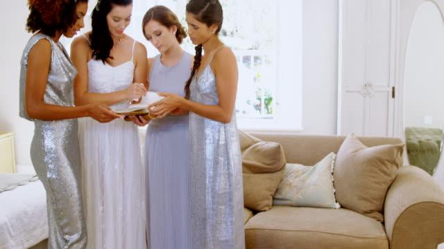 Lectura-de-su-tarjeta-antes-de-la-boda-la-novia-emocional-4K-4k