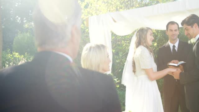 Los-padres-de-la-novia-son-felices-sobre-el-matrimonio-hablando-con-otros-4K-4k