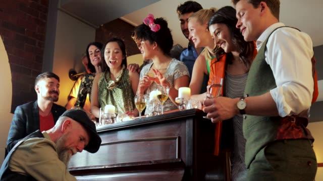 Cantando-para-el-entretenimiento-de-la-boda