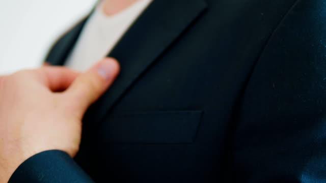 Un-hombre-en-una-chaqueta-sobre-un-fondo-claro-honorarios-para-los-novios