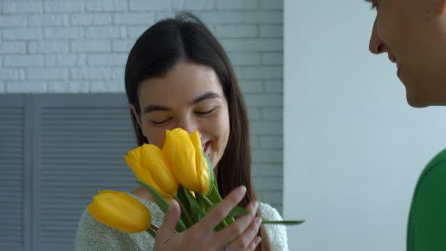 Hermosa-mujer-con-olor-de-flores-dado-por-el-hombre