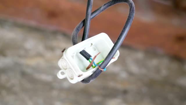 Un-plástico-blanco-con-los-cables-en-su-interior