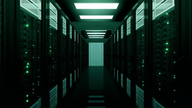 Racks-para-servidores-verdes-moviéndose-a-través-de-la-apertura-de-puertas-en-base-de-datos-Bucle-de-animación-3d-con-parpadeo-luces-de-la-computadora-Concepto-de-tecnología-de-nube-de-Big-Data-