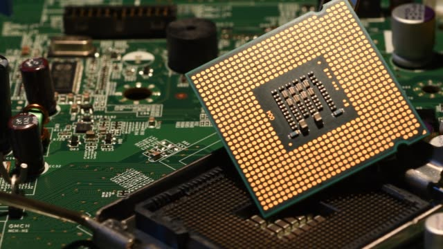 Detalle-de-Chip-de-CPU-procesador-en-placa-base-de-PC-Video-de-4K-de-UHD