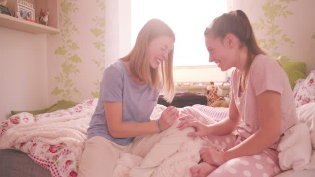 Chica-adolescente-dar-a-su-amigo-una-sesión-de-manicura-en-pyjama-fiesta