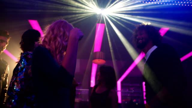 Chica-rubia-de-baile-con-sus-amigos-en-un-club-nocturno