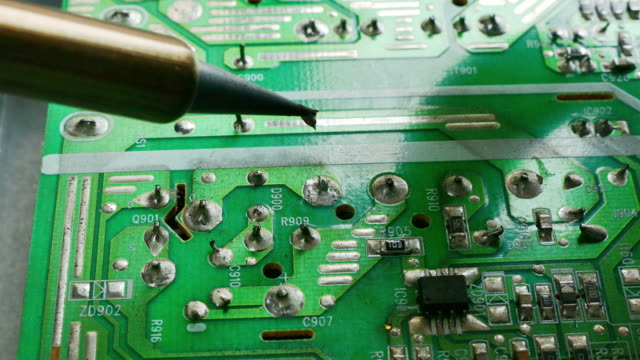 mano-de-electrónica-técnica-Soldadura-de-una-placa-de-circuito-de-computadora
