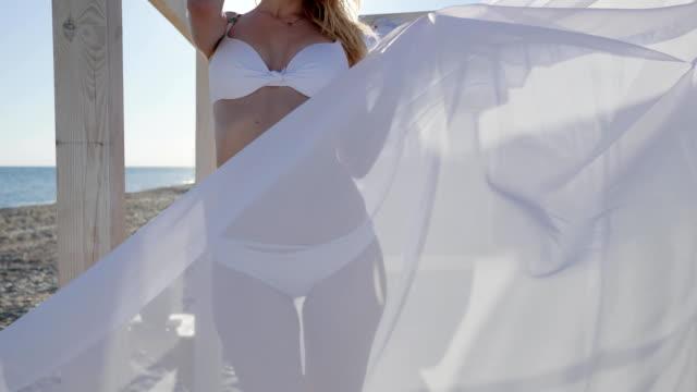 el-resto-del-verano-en-bungalow-chica-bailando-en-traje-de-baño-viento-desarrolla