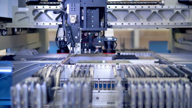 El-equipo-moderno-de-producción-de-micro-procesador-4K-