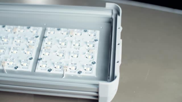 Lámpara-de-prueba-en-una-planta-de-fabricación-de-electrónica