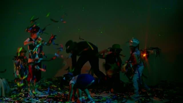 Niños-y-adultos-jugando-con-cintas-de-colores-en-la-fiesta-disco