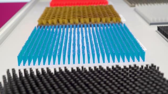 Matriz-de-azul-puntas-de-plumas-en-la-plataforma-blanca
