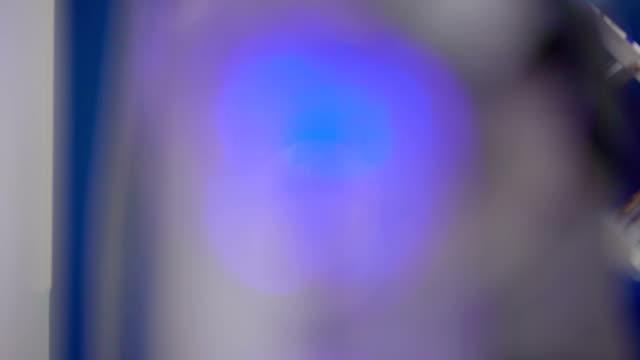 Efecto-borroso-de-las-luces-azules-en-la-máquina