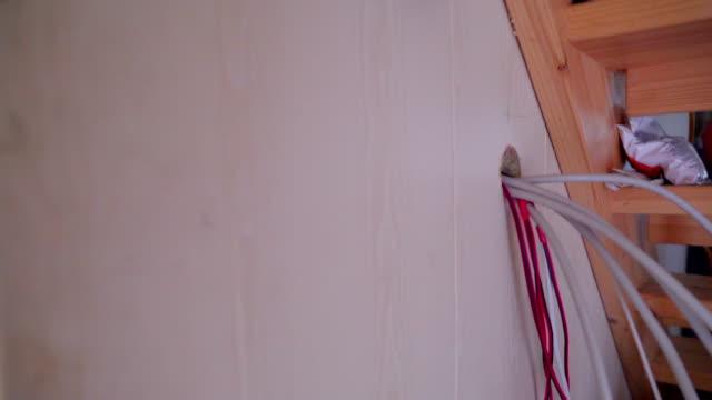 Los-cables-blancos-y-rojos-consiguiendo-a-través-de-los-orificios