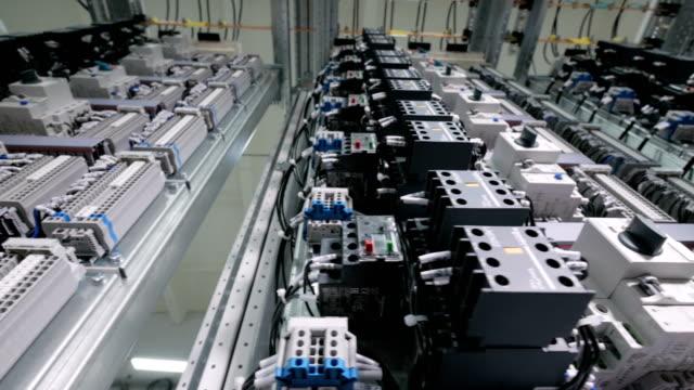 Sistema-de-control-automático-de-gabinete-Cuadros-eléctricos-cables-botones-interruptores-instalados-Carro-de-tiro-
