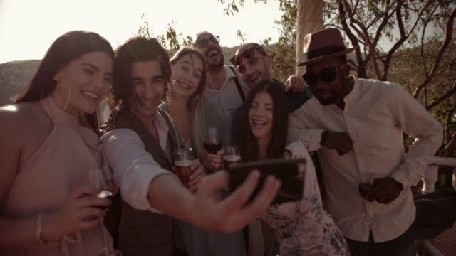 Multi-ethnischen-Freunde-feiern-und-unter-Selfies-auf-traditionelle-Berghaus