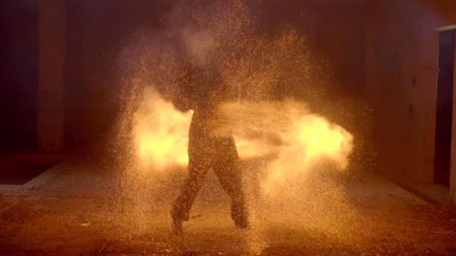 Chispas-de-fireshow-hombre-haciendo-fuego-show-con-un-montón-de-chispas-en-el-cuarto-oscuro
