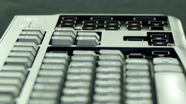 Montar-el-teclado-y-los-botones-en-las-ranuras-Movimiento-rápido