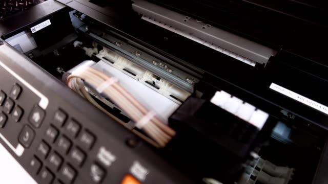 Las-impresoras-multifunción-están-trabajando-en-el-lugar-de-trabajo-